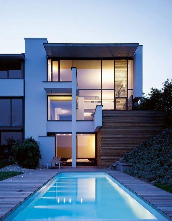 Dos modernas villas ocultas por una sola fachada: Casa Miki