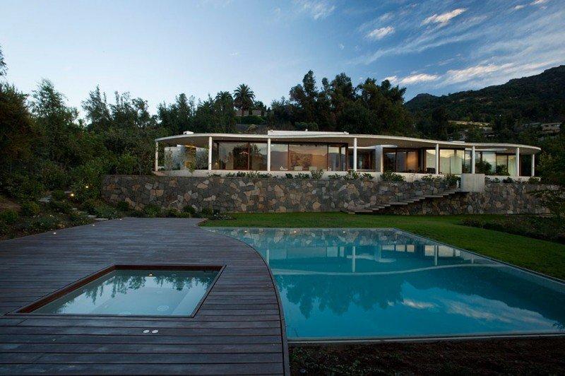 Plano de casa siguiendo las curvas naturales del paisaje: Casa en Chile
