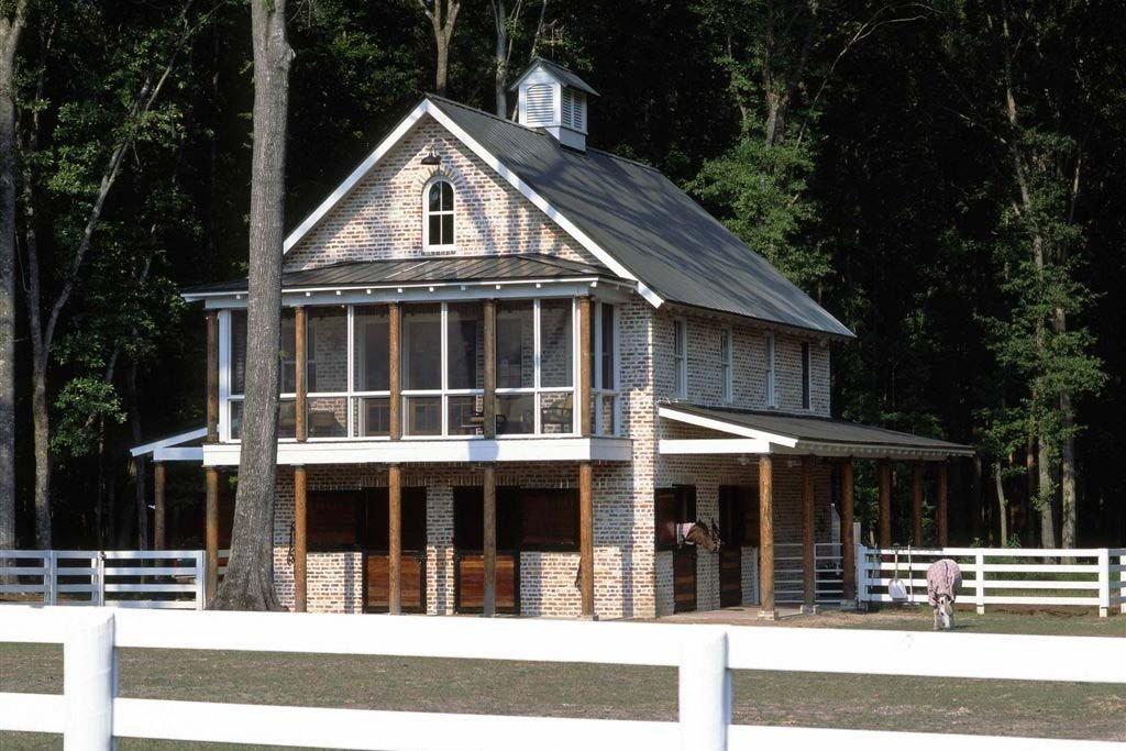Planos de casa rural de dos pisos, dos baños y dos habitaciones