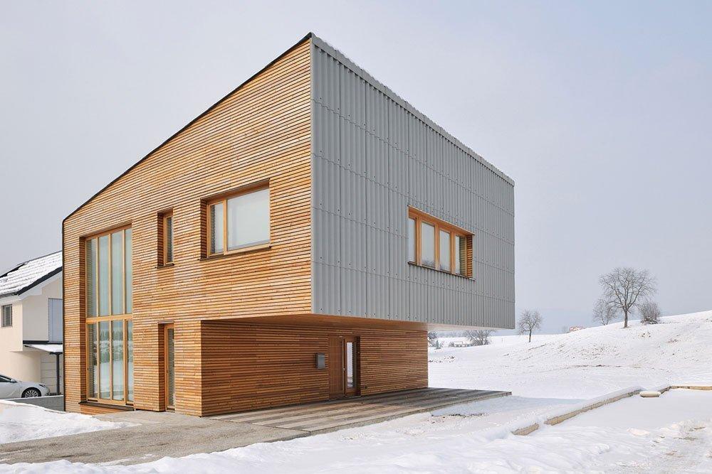 Plano de una amplia casa unifamiliar en Eslovenia Construido sobre un compacto terreno