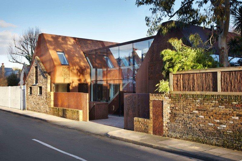 Planod de una casa con dos volúmenes acero adaptados para una familia moderna: La Casa Kew