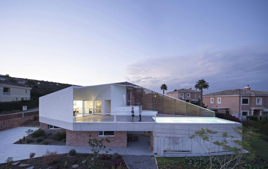 Planos de una casa contemporánea de vacaciones con geometría sorprendente  en España